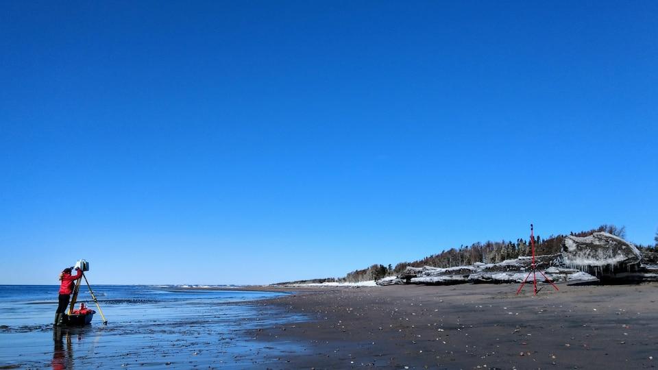 Étude de l'érosion des berges par une membre de l'équipe de la Chaire de recherche en géoscience côtière-UQAR.