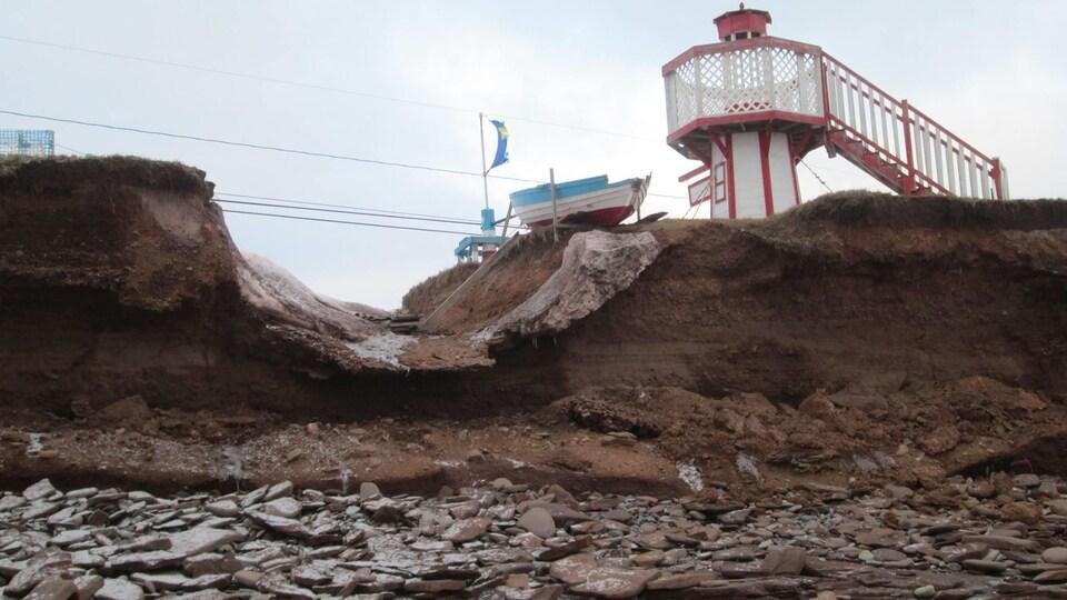 Cette petite chaloupe décorative et le petit phare semblent être à la veille de se retrouver à la mer, à Cap-Bateau, au Nouveau-Brunswick.