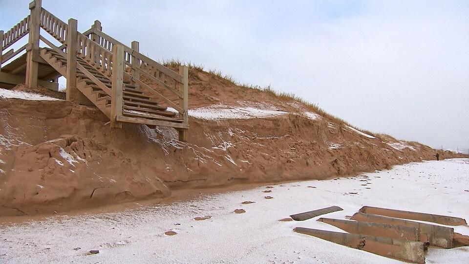 Un escalier vers la berge a perdu une partie de ses marches, aux Îles-de-la-Madeleine.