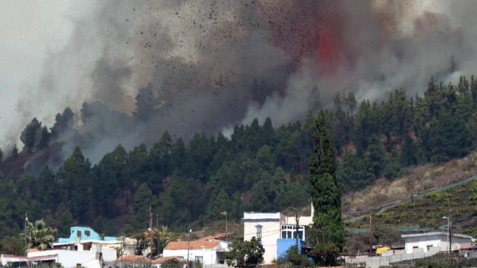 Le mont Cumbre Vieja entre en éruption en crachant une colonne de fumée, de cendres et de lave, sur l'île canarienne de La Palma, le 19 septembre 2021.