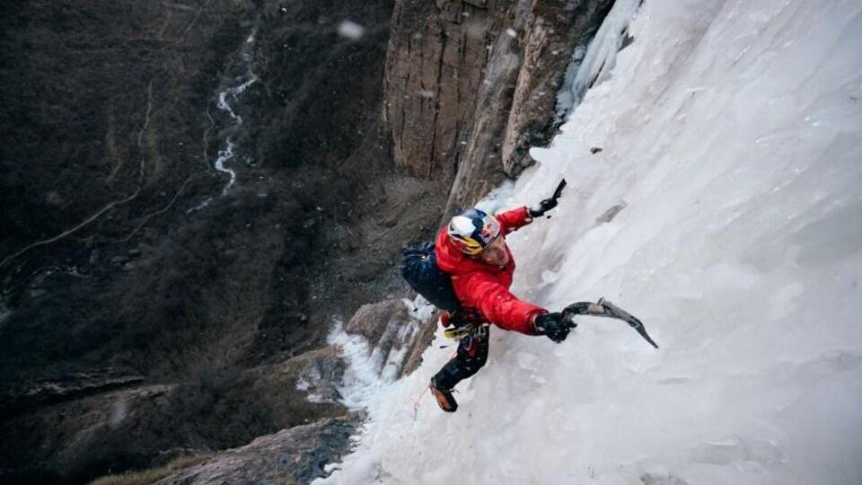 un homme faisant de l'escalade de glace.