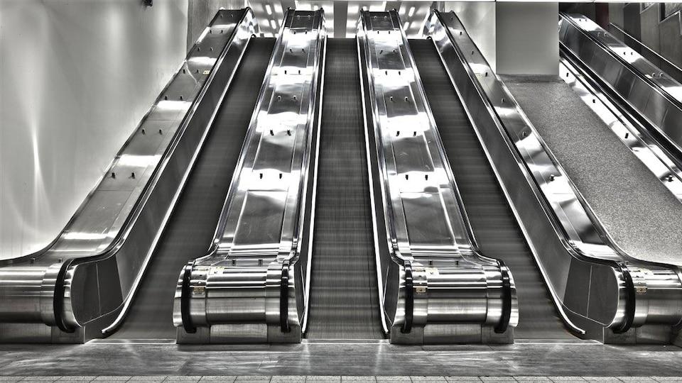 Escaliers mécaniques dans une station de métro à Montréal