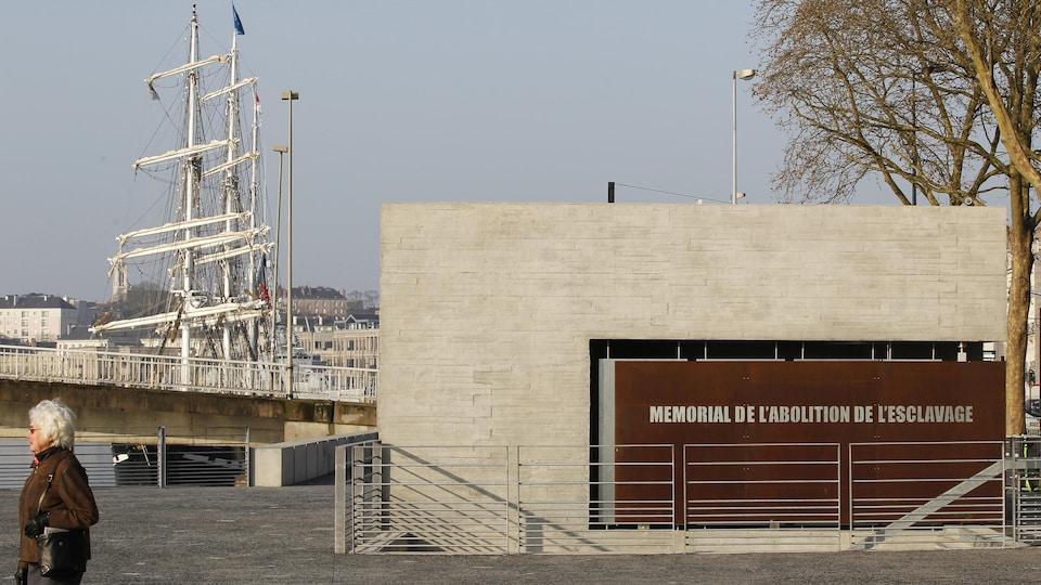 Le mémorial a été construit près du site où étaient livrés les esclaves au port de Nantes.