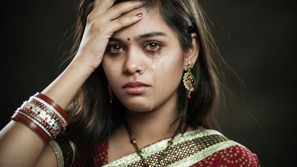 Une Indienne en pleurs.