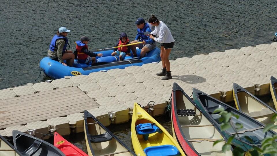Une famille s'apprête à descendre la rivière Bonaventure en radeau pneumatique.