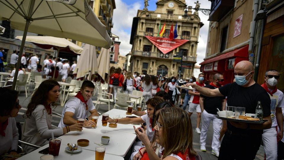 Des gens regroupés dans une place publique en Espagne.