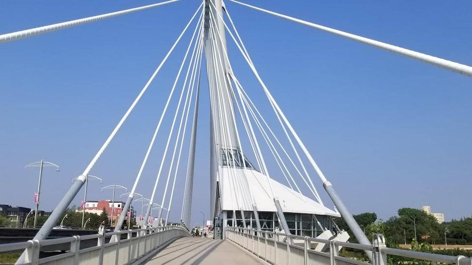 Le pont piétonnier de l'Esplanade Riel avec son local.