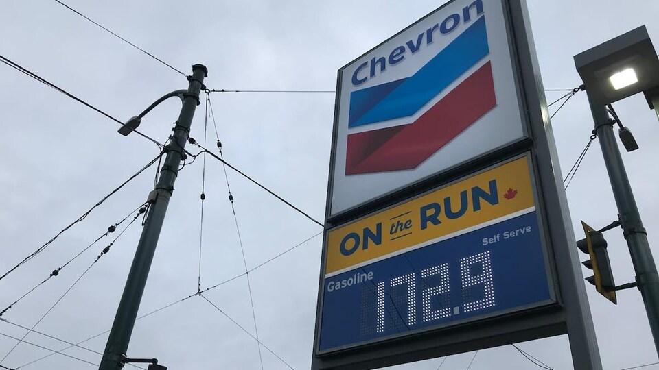 Un panneau de prix d'essence indiquant 172,9 $.