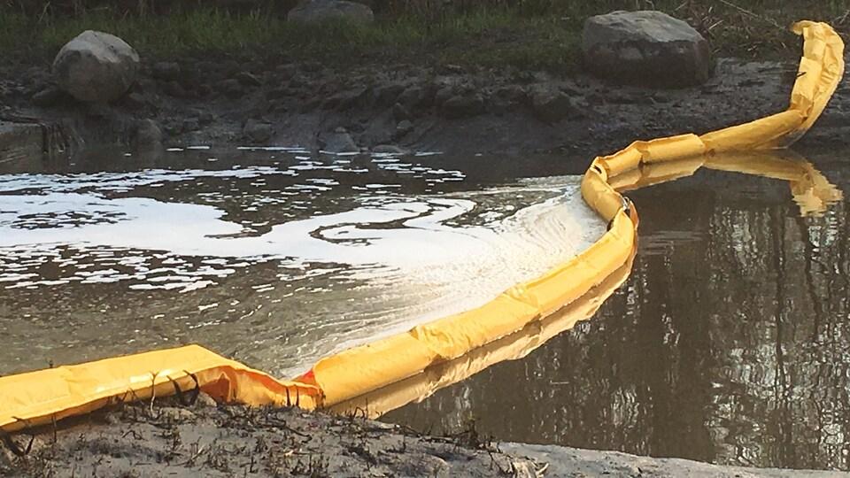 Estacade pour contenir les hydrocarbures sur la rivière Lairet.