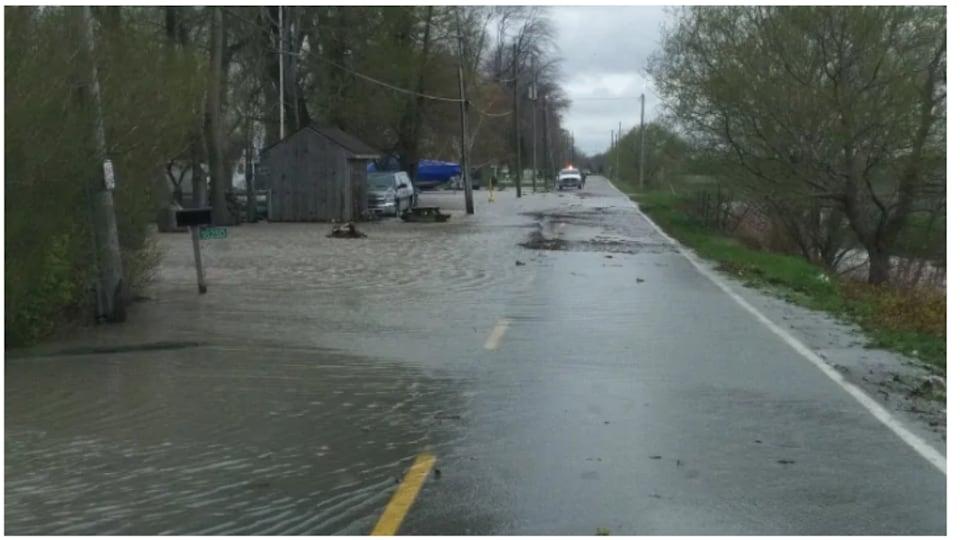 On voit une route inondée.