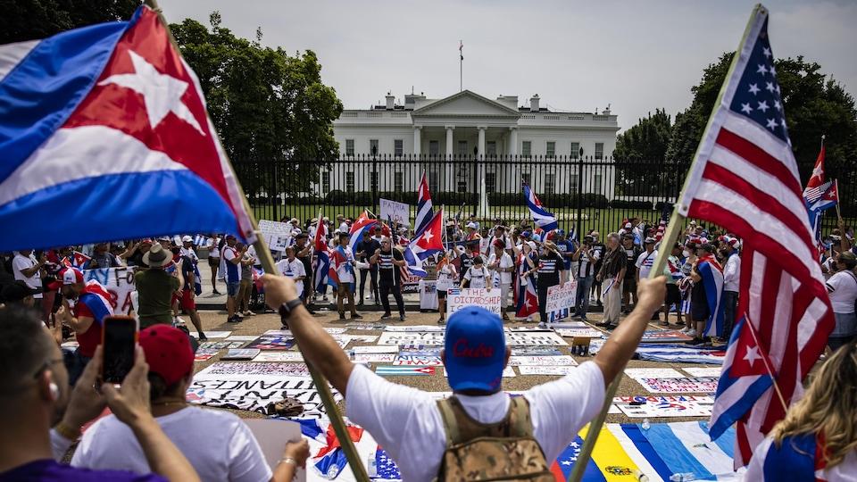 Des manifestants avec des drapeaux américains et cubains devant la Maison-Blanche.