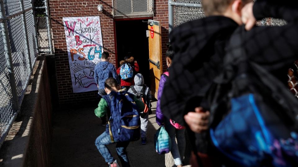 Des élèves retournent à l'école après la reprise des cours en « présentiel ».