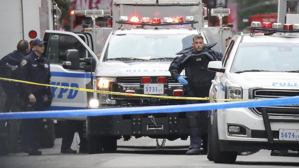 Des policiers de New York et des véhicules spécialisés.