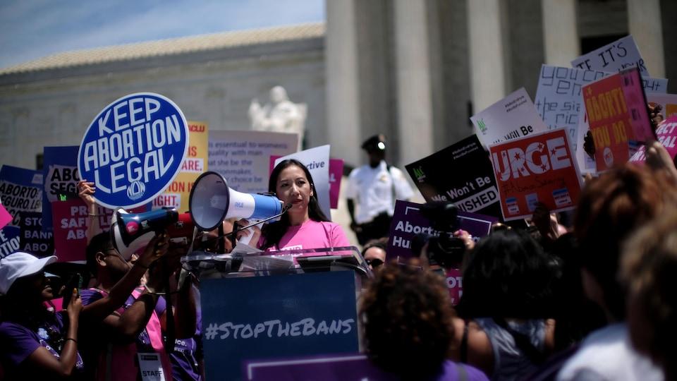Des manifestants avec des affiches à Washington, devant la Cour suprême des États-Unis.