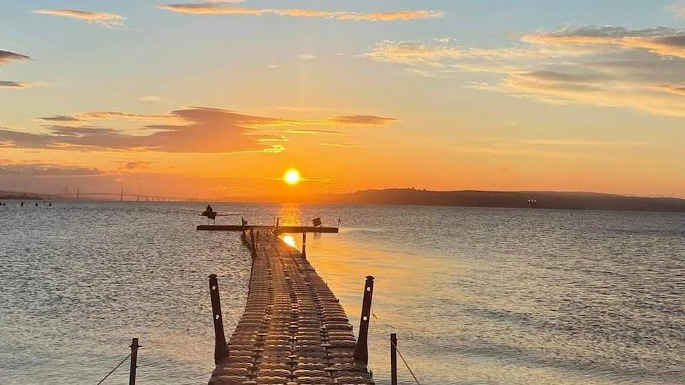 Le soleil se couche sur la baie de Beauport.
