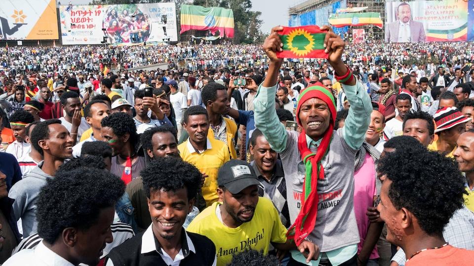 Un Éthiopien brandit un drapeau de son pays lors d,Une manifestation d'appui à la paix.