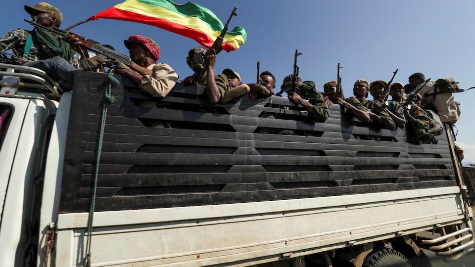 Des membres armés des milices de la région d'Amhara à bord d'un camion.