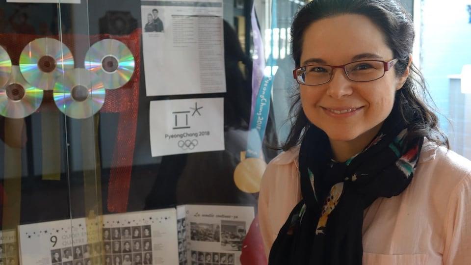 L'enseignante d'arts visuels et médiatiques à l'école secondaire Étienne-Brûlé, Julie-Nadia Rancourt, a créer une vitrine en l'honneur des deux athlètes olympiques.