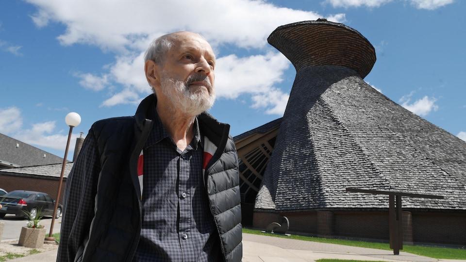 L'architecte Étienne Gaboury devant l'église du Précieux-Sang.
