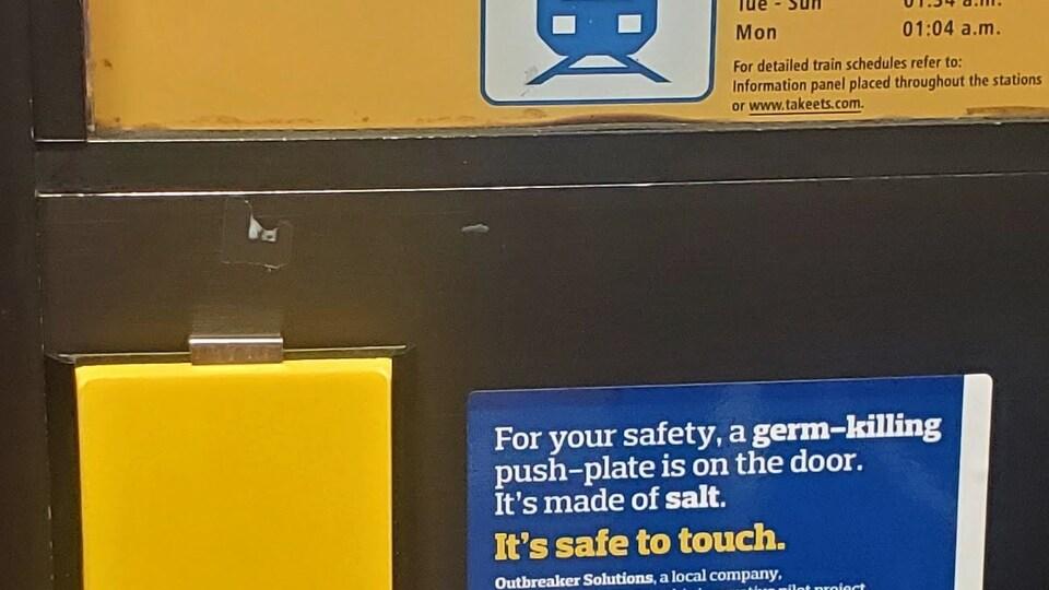 Une plaque jaune.