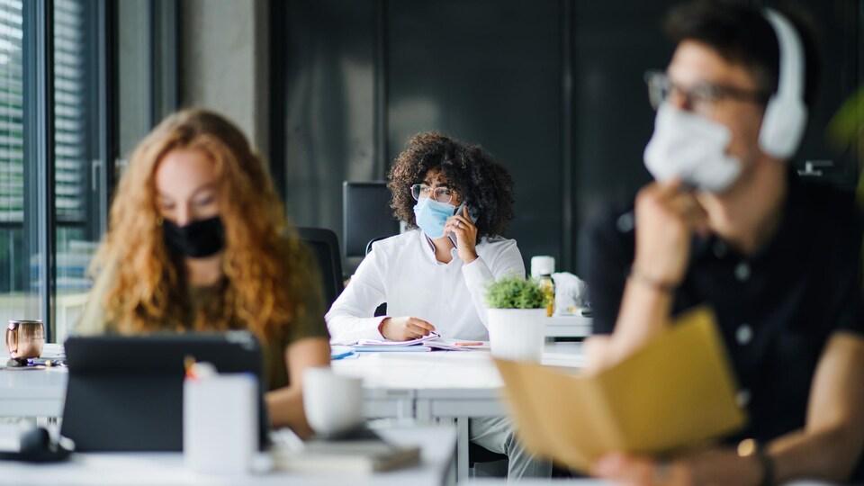 Des jeunes étudiants avec un masque.