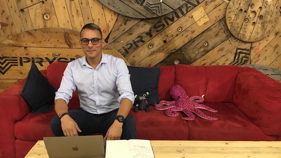 Nathan Dahbi, diplômé en 2018, s'installe pour travailler à l'espace collaboratif L'Esplanade, à Montréal.