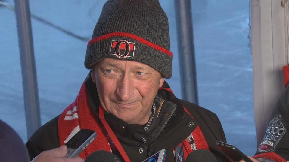 Le propriétaire des Sénateurs d'Ottawa Eugene Melnyk s'adresse aux médias en marge du match des Anciens Sénateurs sur la colline du Parlement.