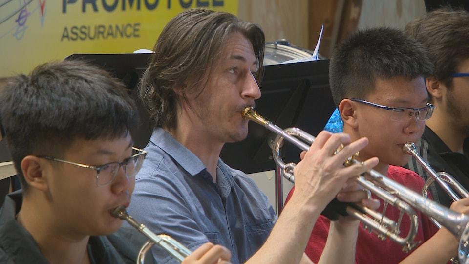 Le chef d'orchestre et trompettiste brésilien Leandro Serafim, encadré de jeunes Chinois