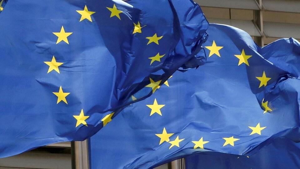 Des drapeaux européens flottant au vent.