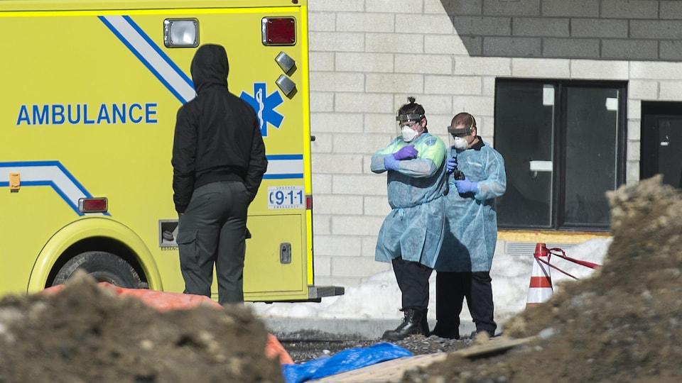 Des ambulanciers devant la résidence.
