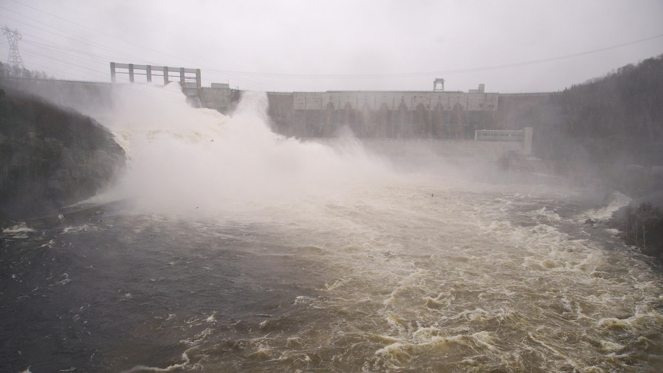 L'évacuateur de crue de Manic-2 est ouvert pour vider le trop-plein du réservoir.