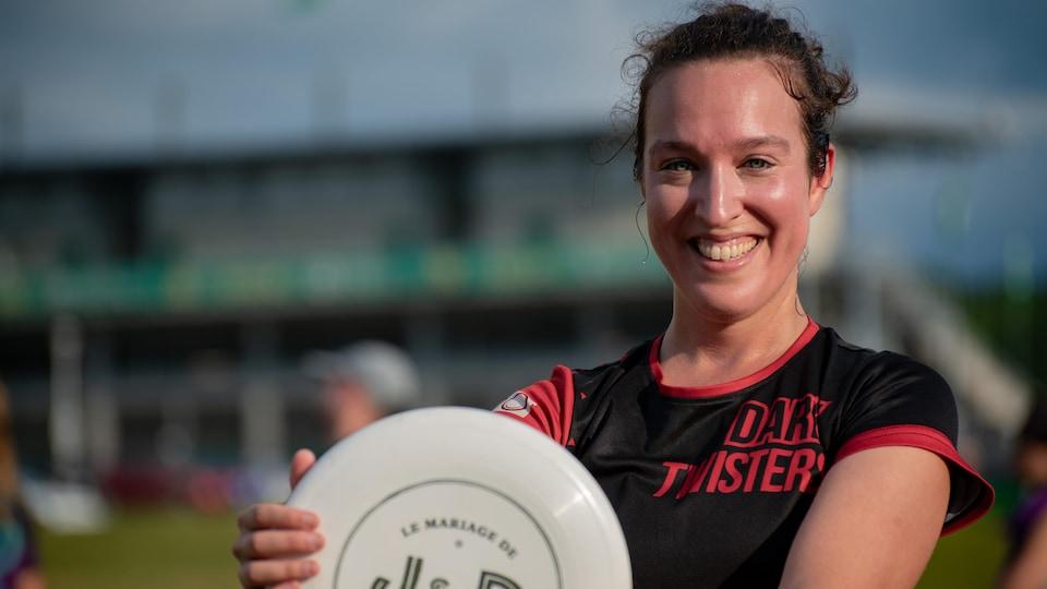 la candidate à la mairie evelyne beaudin montre un frisbee.