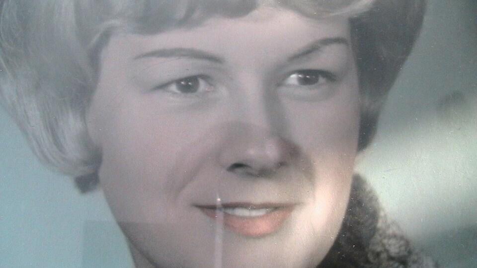 Une photo d'époque d'une femme.