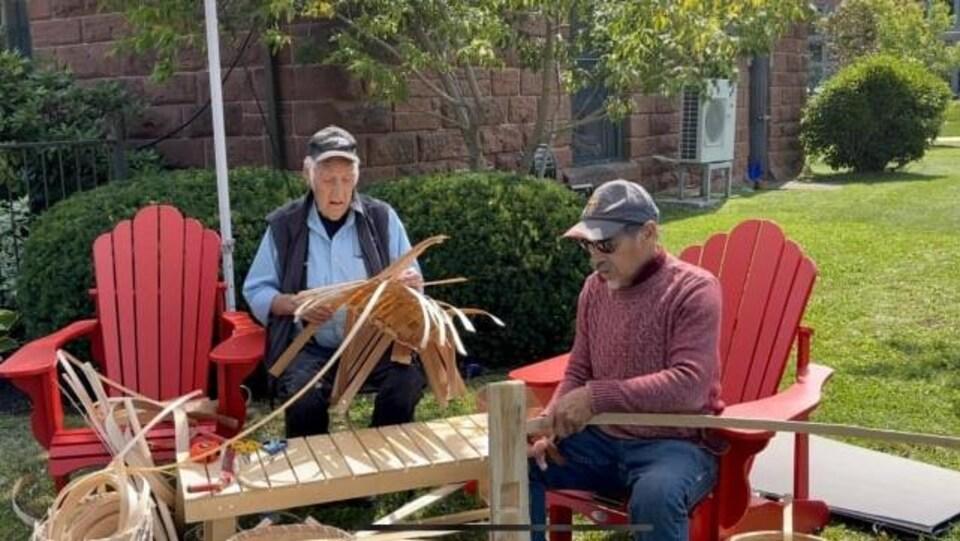 Keptin James Bernard et John Sanipass font une première démonstration de la manière dont ils tissent des paniers, et ce, à l'extérieur du café Receiver Coffee.