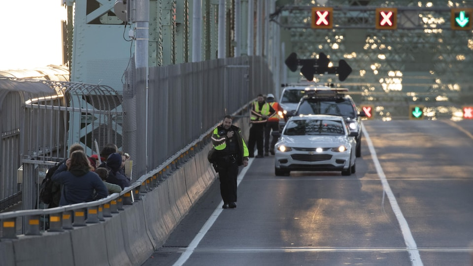 Manifestation du groupe écologiste Extinction Rebellion sur le pont Jacques-Cartier.