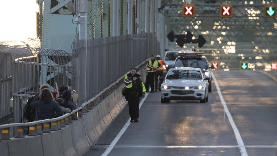 Manifestation du groupe écologiste Extinction Rebellion sur le pont Jacques-Cartier.