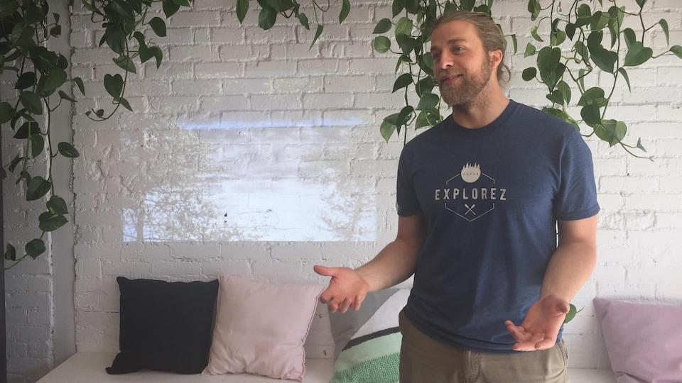 Un homme parle avec quelqu'un hors champ lors d'un lancement.