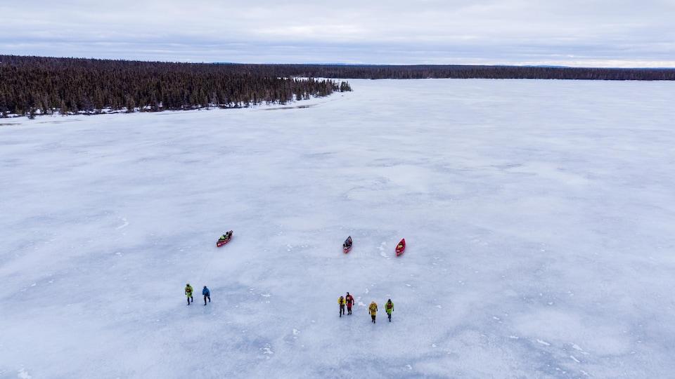 Les aventuriers à la tête de la rivière George, au début de l'expédition. Ils ont tiré leurs canots sur la glace pendant une dizaine de jours.