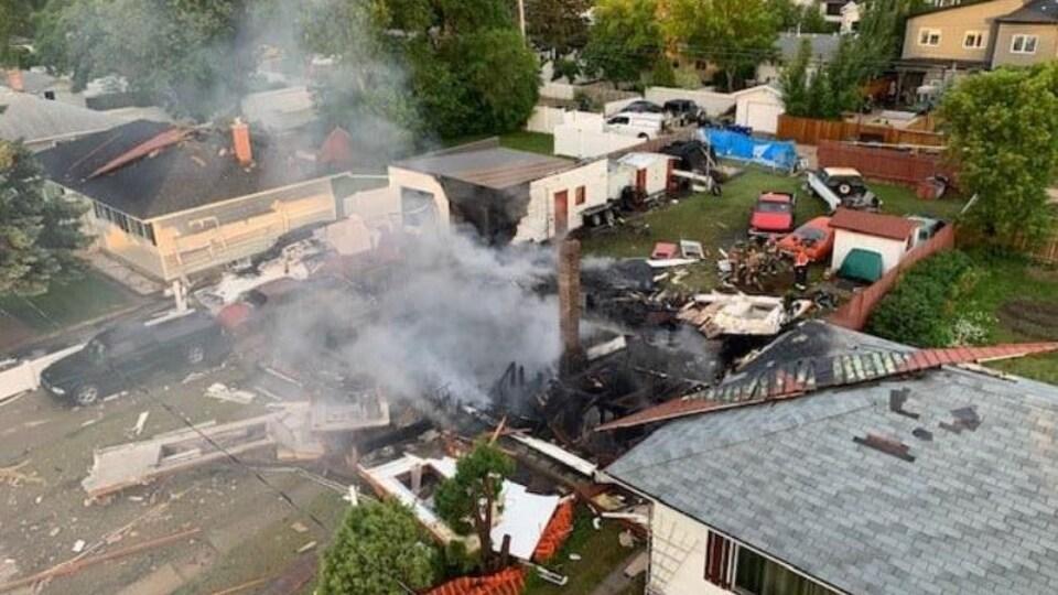 Une vue aérienne de la maison ayant explosé à Saskatoon, en Saskatchewan, le 19 juin 2021 au matin.