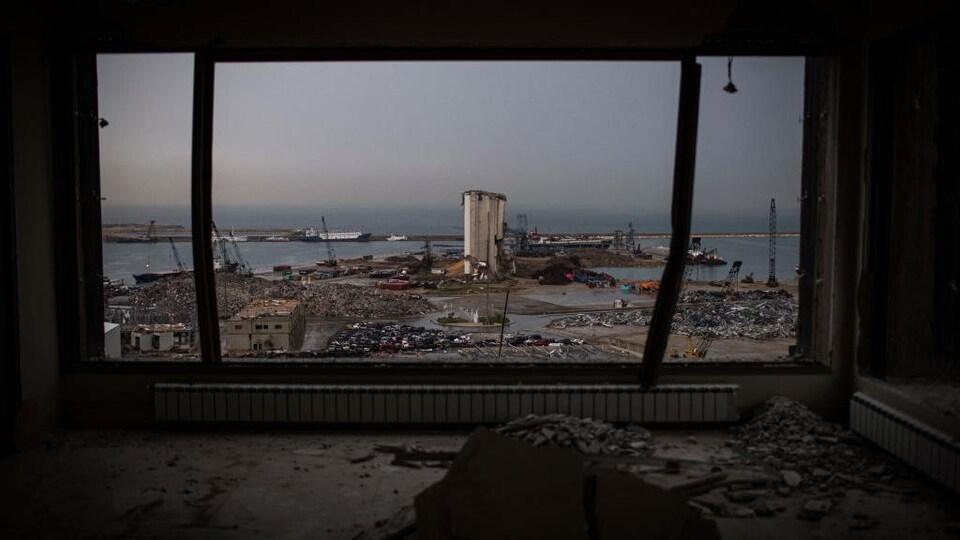 Une vue des silos et du port de Beyrouth à partir d'un édifice situé plus loin.