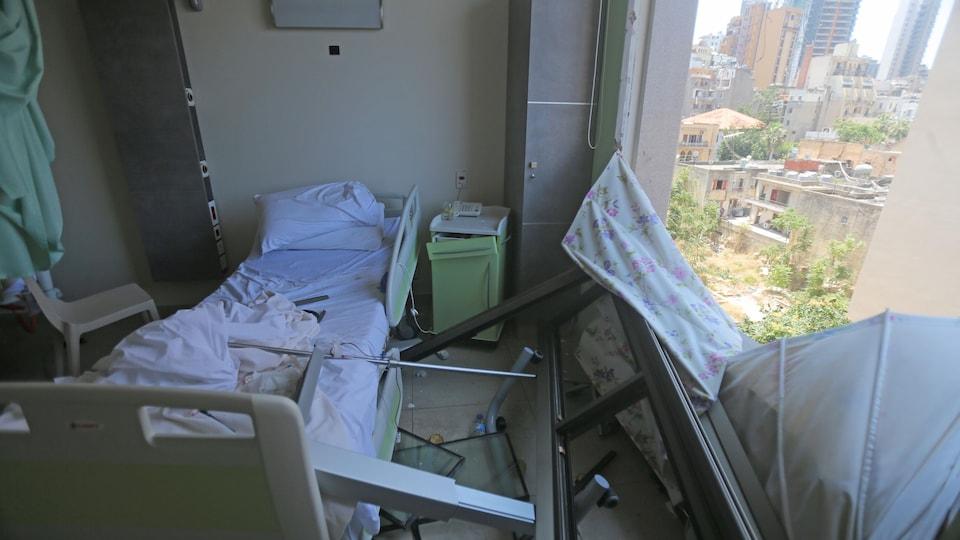 Une fenêtre brisée dans une chambre d'hôpital
