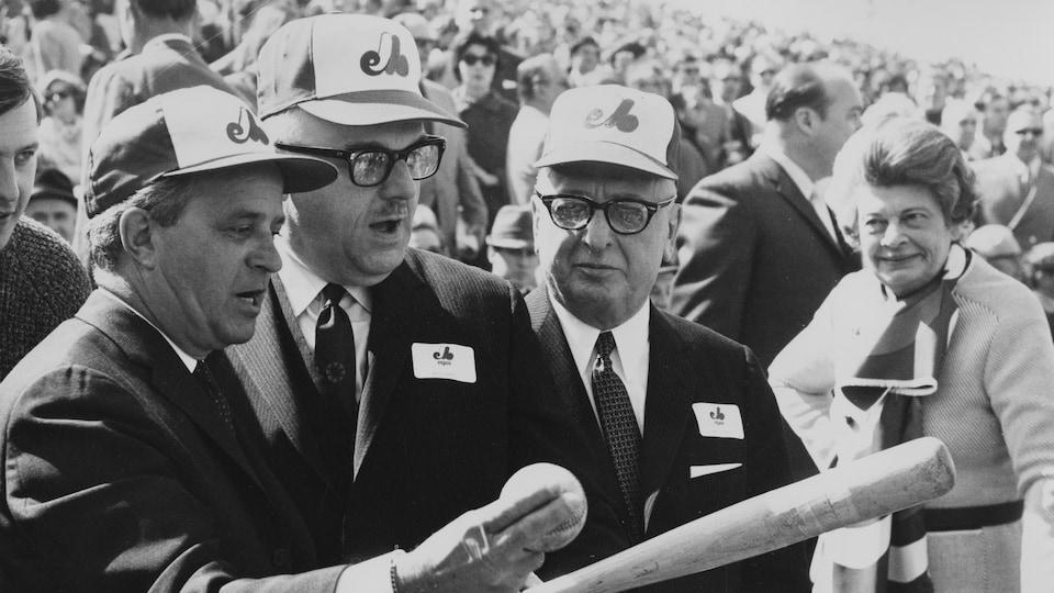 Jean-Jacques Bertrand et Jean Drapeau, casquette des Expos sur la tête, dans les gradins bien remplis du stade Jarry.