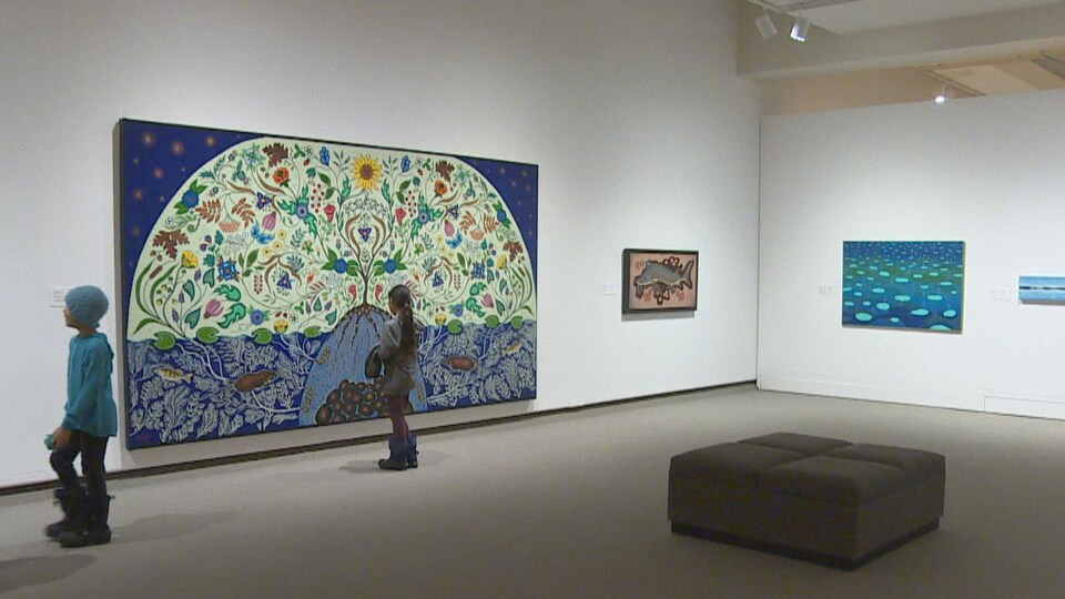 Une jeune fille regarde un tableau dans une salle du Musée d'art MacKenzie de Regina.
