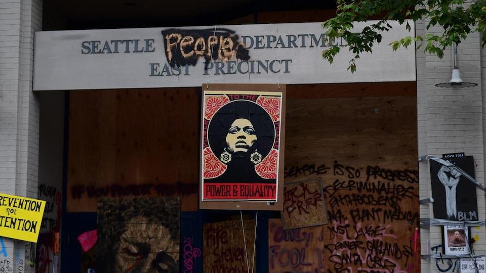 Devanture du poste de police qui a été évacué et repris par les manifestants à Seattle, sur laquelle il est écrit Seattle People au lieu de Police Department, East Precinct.