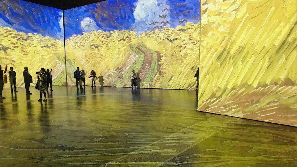 L'intérieur de l'exposition Imagine Van Gogh