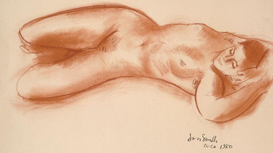 Une femme nue est allongée