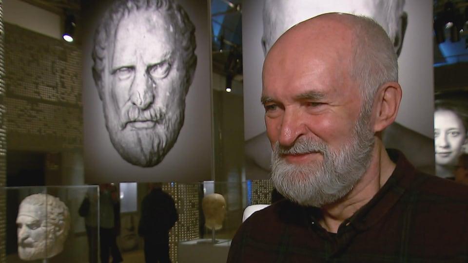 Un homme devant les photos de son sosie au Musée de la civilisation