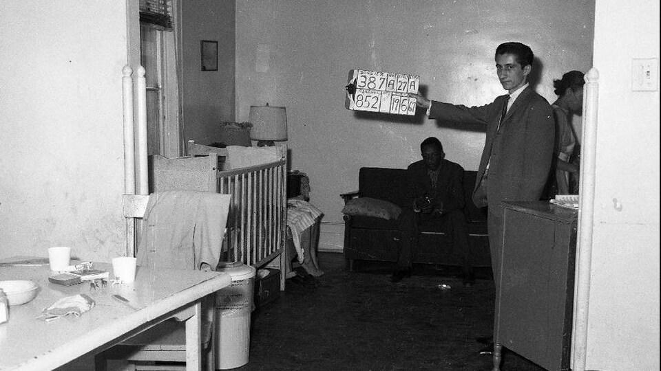 Un employé de la Ville de Montréal dans une habitation du 852, rue Richmond visée par l'expropriation.
