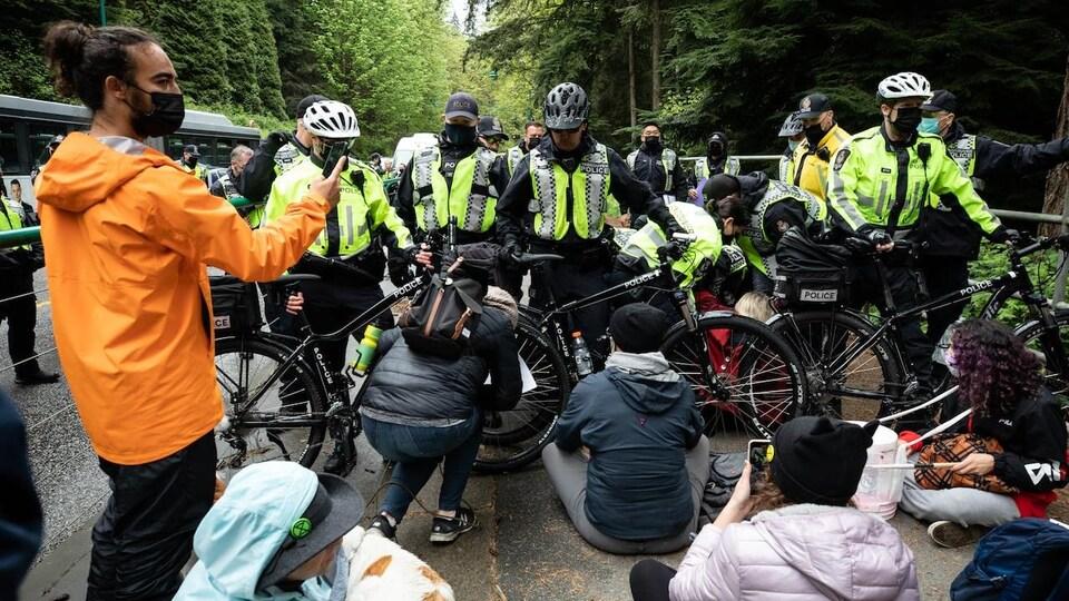 Des policiers discutent avec des militants environnementaux.