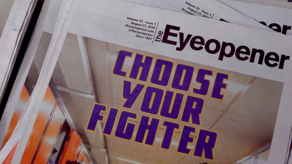 Plusieurs copies du journal « The Eyeopener »sont empilées.